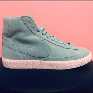Nike blazer Mid GS shoes.Boys sz 6,fits womens7